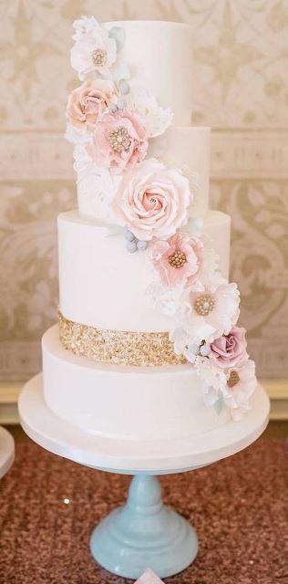 poschodova_torta_s_cukrovymi_kvetmi