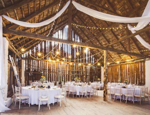 svadobná hostina v stodole