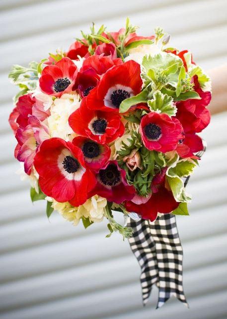 svadobna kytica z cervenych makov