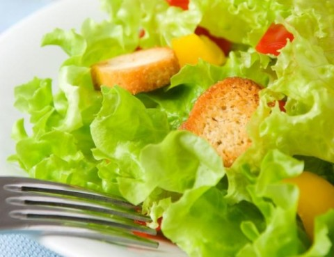 Delena_strava_zeleninovy_salat_s_krutonmi
