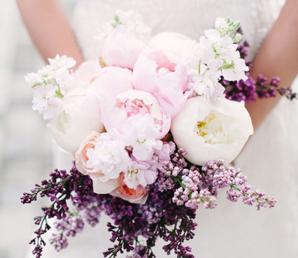 bielo_fialova_kytica_na_jarnu_svadbu