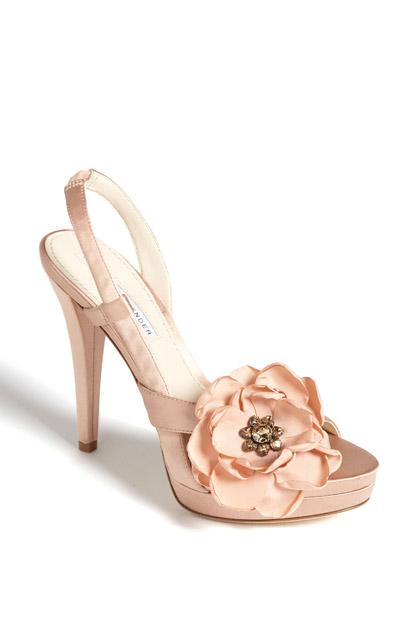 2464dd7290fd 10 tipov ako si vyzdobiť svadobné topánky - Družička